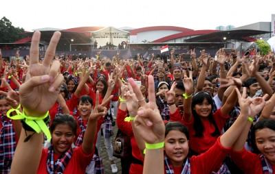 支持者高举2号手势,救助寻求连任的雅加达华裔省长钟万学。(法新社照片)