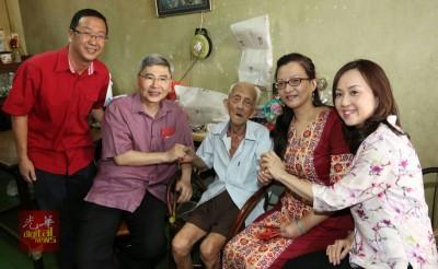 马袖强(左2)及马珈(右2)年初七登门造访安顺百岁人瑞林再生(中),让他感到十分高兴,左为刘华才,右为杨佩云。