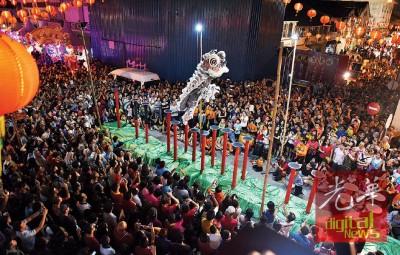群众挤爆庙会会场,驻足围观高桩舞狮的可以演出。
