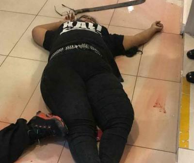 女死者卧尸地面。(网络照片)