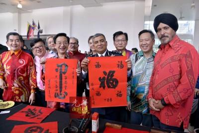 卡立(右4)与黄惠康向媒体出示挥春海报,右是阿马星。