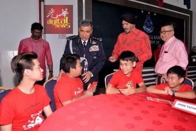 立在阿马星(右2)陪同下,派发红包给孤儿。