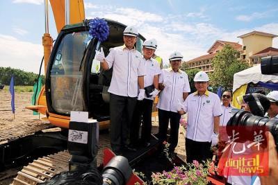 阿兹兰(左1)与众嘉宾为玻璃市港口综合发展计划主持动土礼。