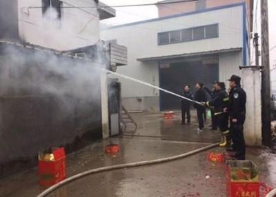 杭州一名工厂老板因燃放烟花炮仗引起火灾,消防员花两小时将火势救熄。