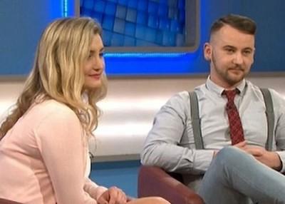 阿莉莎(左)与弟弟(右)一同参加电视节目。