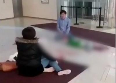 疑是童父母的子女坐于兄妹旁嚎啕大哭。