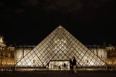 原是王宫的罗浮宫博物馆,年年岁岁吸引数百万游客参观。(法新社照片)