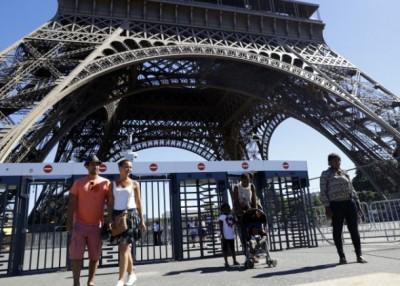 政府现时建起一道金属围栏,以保护铁塔免遭恐袭。