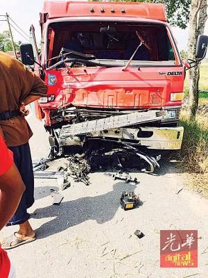 一名14岁无驾照骑士疑失控后驶入对面车道,与迎面而来的罗里发生猛撞,导致骑士及另一名37岁后座乘客。