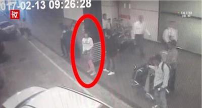 疑是女特工的白衣女子(红圈示)在机场等候离开。