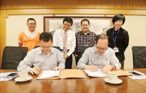 王来平(左)与李兴前(左)签署合作备忘录,后排左起为余赐钦、吴文仁、林星发及梁黛好见证。