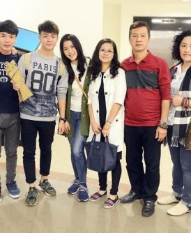 周奕斌(左三)手持奖杯,与黄浚维(左二起)、陈宛萍、林彩霞、周振隆及亲友们合影。