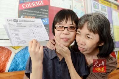 周淑婷与母亲庄秀央分享考获佳绩的喜悦。\