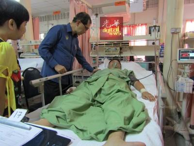 拿督马汉顺探访受伤的傅吉财,其伤势稳定。