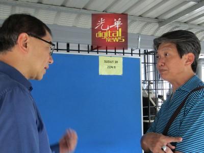 拿督马汉顺(左)向伤者傅吉财的哥哥Robert 表达慰问及关心。