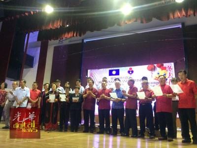 马华槟州6大区会(日落洞、现罗山背、峇央峇鲁、升旗山、牛汝莪和丹绒)联机开办新年团拜,各区会领袖也于会上登台献歌新年歌曲。