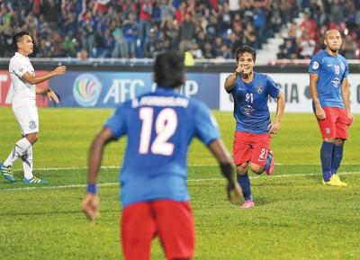柔佛DT球员莫哈末纳兹米(左)邪在第10分钟踢进球队第兩球后,兴奋庆祝。