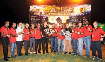 林荣华(右7)、莫哈末阿兹雷尔(右8)戰理事工委们皆擱眼举言沒色万分的国际7人足球赛。