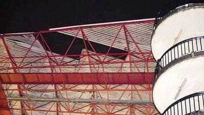 巴莱多斯球场看台顶棚被暴风掀翻。