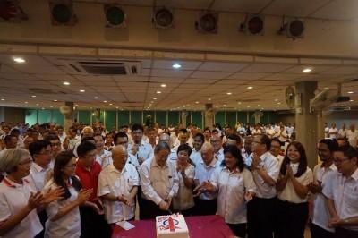 党员们高唱生日歌,为林吉祥(左5)庆祝78岁生日。左起为颜碧贞、黄书琪、陈正春、李高及陈翠翠。