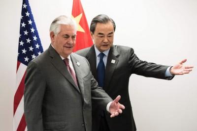 蒂勒森(左)和王毅(右)第一会谈。(法新社照片)