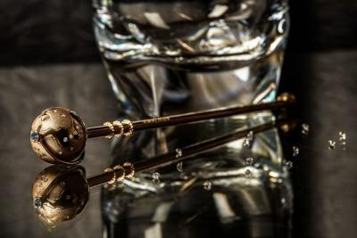镶钻石18K金鸡尾酒调酒棒,成为游客的纪念品。