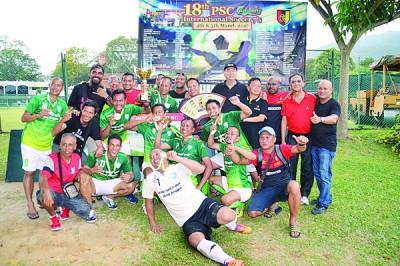印尼棉兰Kwarta球会经过12年尝试首次称霸赛会,全队球员领奖时沉浸在胜利欢呼声浪中,后排左5为颁奖人林荣华。