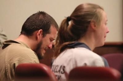 2称被告在法庭上落泪。