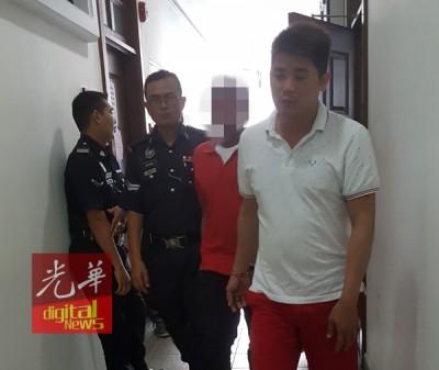 被告林秋杰(译音,右一者)闻判后,与其他案件被告被庭警押出法庭。