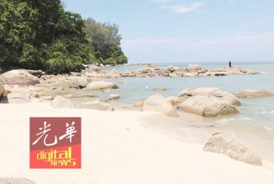 母子死者遗体被冲上岩石密集的海滩处。