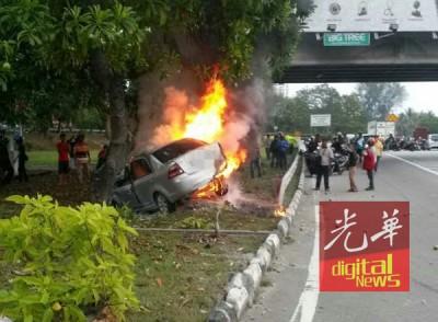 轿车撞及大树后起火,场面触目惊心。