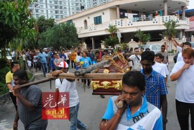 陈莉银母子举殡,亲友们抬棺送其最后一程。
