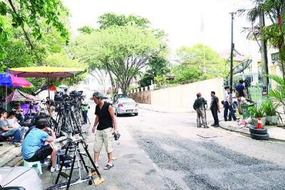 金正男命案发生迄今满3周,仍有大批媒体继续在朝鲜大使馆外驻守。