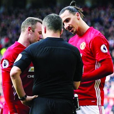 伦尼和伊布(右)说服弗兰德收回黄牌。