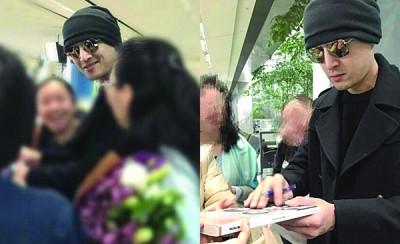 野生胡歌于美国机场为抓获,外相依为命帮粉丝签名。
