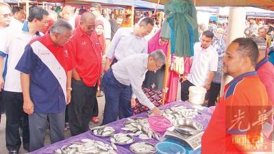 阿末巴沙以实际行动支持农集市场商贩。