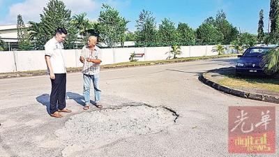 亚吉花园住宅区道路严重损坏,危及民众安全。
