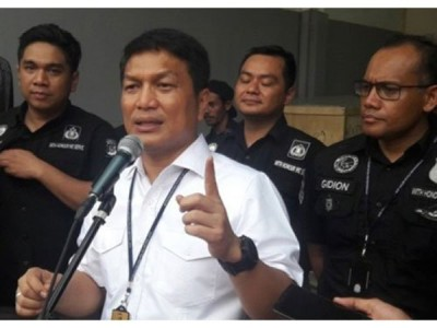 雅加达缉毒局局长尼科(中)说明案情。