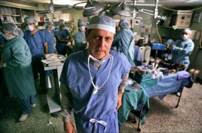 美国肝移植先驱斯塔兹尔   年监督一宗移植手术进行。