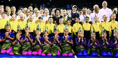 澳洲新星巴蒂(后排右四)夺冠,与首相夫人拿汀斯里罗斯玛(后排右五)等嘉宾合影。