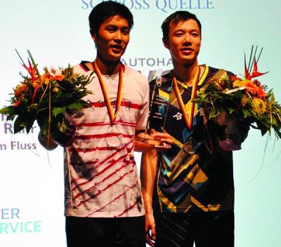 周天成(左)两局轻取学弟王子维,终圆冠军梦。