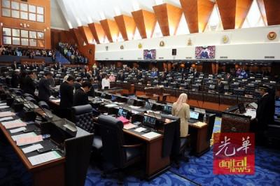 同多朝野国会议员于国会下议院副议长拿督依斯迈领下开展默哀仪式。