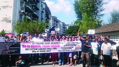 """发林丹绒阁逾50名居民周日现身公寓底楼展开""""黑色星期天""""示威活动,以控诉及抗议公寓管理公司过去多年管理不当,因此要求地主将管理权归还给居民自理。"""