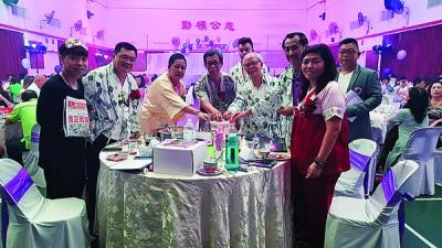 峇眼惹玛国际狮子会晚宴,主桌嘉宾响应义卖《光华日报》。