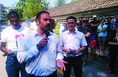 蓝卡巴(中)表示,早前他在聆听了发林丹绒阁居民对于管理公司的不满诉求后,已向州政府反映此事,旁为雷尔(左)及杨顺兴。