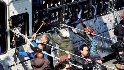 支持朴槿惠之大众破坏警方巴士。(法新社照片)