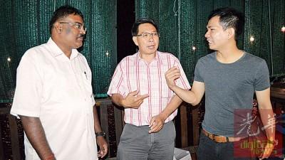 蔡天喜(中)主持玻州燕商公会大会后,与陈赞欣(右)和柏拉巴加兰进行交流。
