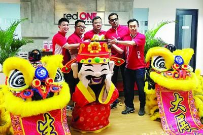 历年的新春,redONE管理层会邀请舞狮到来采青讨个好福气。