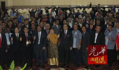 廖中莱与道路安全事会第58届大会的出席者合影。