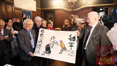 林祥雄与波兰前总统瓦文萨共同创作完成《雄鸡一唱天下白》。
